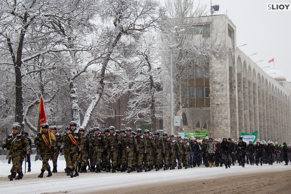 soldiers marching down chuy on defenders of the fatherland day